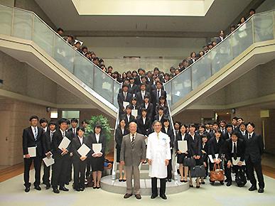 【写真2】 授与式後の集合写真(平成28年)