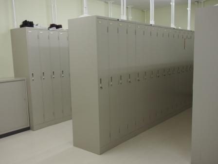 更衣室には一人ずつロッカーがあります