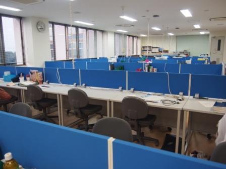 センター内には研修医の机が並んでいます
