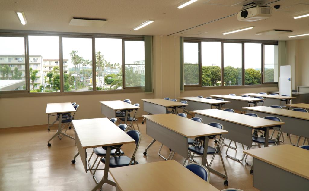 研修医が勉強会などで自由に使えるセミナー室です。日当たり良好!